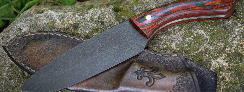 Fiecare cuţit realizat de mine e o piesă unică, îmi place să creez în permanenţă modele noi, să experimentez cu